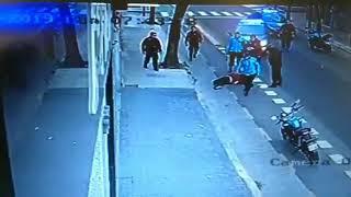 Video: Un policía lo mata en medio de la calle de una patada