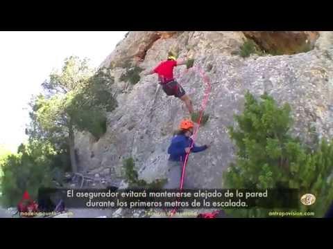 Asegurar en los primeros metros de escalada. Consejos y errores.