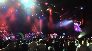 Laura Pausini canta con la bandera de Venezuela