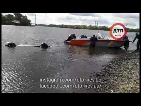 Жесть в Киеве на Днепре: у Ривьеры автомобиль укатился в воду. В течении считанных минут на место пр