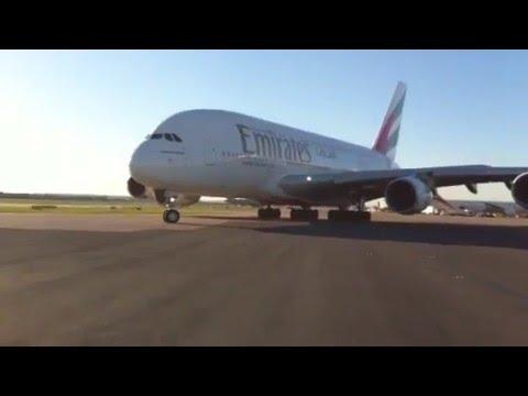 Emirates A380 op EGLL
