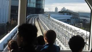 ゆりかもめ新橋行きが豊洲駅を発車(車内より)