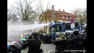 Massive Polizeigewalt gegen AfD-Gegner - Wasserwerfereinsatz