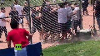 Adultos pelean en un partido de béisbol infantil en EE.UU.