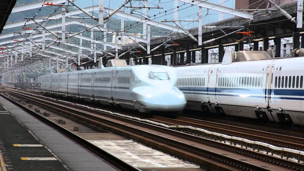 N700系新幹線と待避中の700系:...