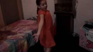 Helena dançando trilha de Caminho das Índias