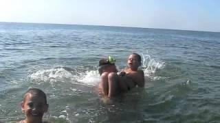 метание детей в воду методом