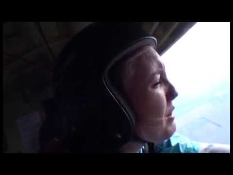 Паника девушки в самолете (перед прыжком с парашютом.....)