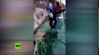 Video: La broma MÁS PESADA del mundo: Le hicieron creer que se rompía la pasarela de cristal a metros de altura