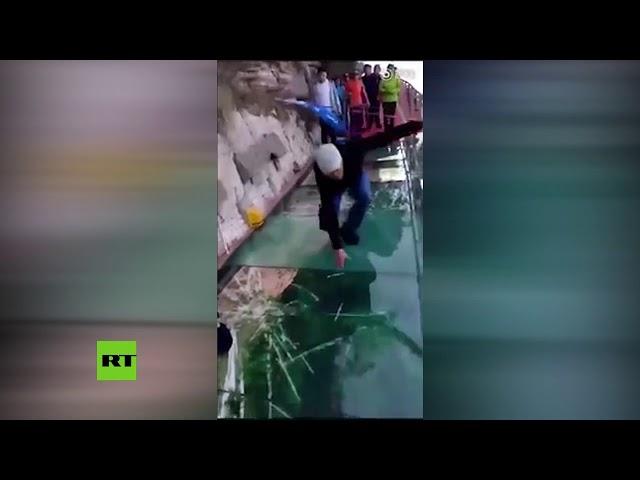 Una pasarela de cristal a 1.200 metros de altura 'se rompe' bajo los pies de un hombre