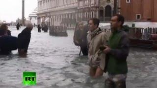 Венецию затопило (ВИДЕО)(Сильные дожди и ветреная погода привели к затоплению 70% территории Венеции. Так называемая «высокая вода»..., 2012-11-12T13:05:37.000Z)