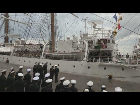 Buque A.R.A Libertad llega a puerto de Montevideo antes de volver a casa