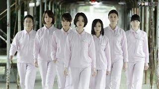 花や絵画が飾られ、ピンクの制服に身を包んだ女たちが、笑顔でソフトボ...