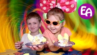 Дети готовят сами. Украшаем кексы. Children are preparing themselves. Decorate cupcakes.
