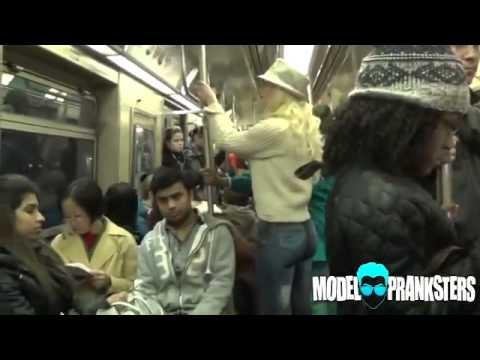 Une femme marche nu ans les rue de new york...