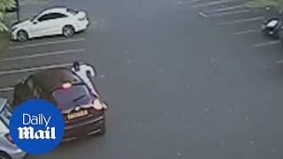 بالفيديو: لاعب أستون فيلا يبرح امرأة ضربا بسبب سيارته