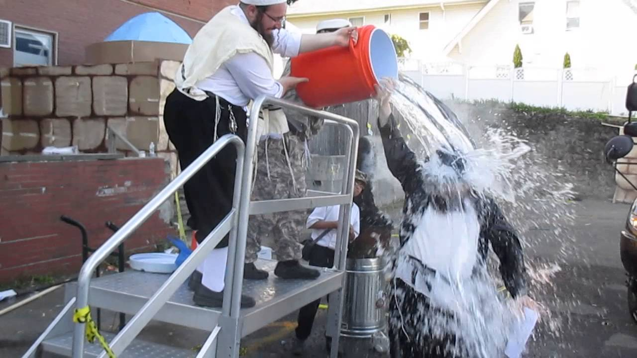 מנשה לוסטיג מאתגר בדלי קרח:Menashe Lustig do the ice bucket challenge
