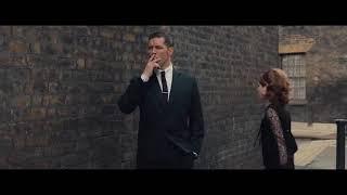 Kadına sigara atan adam