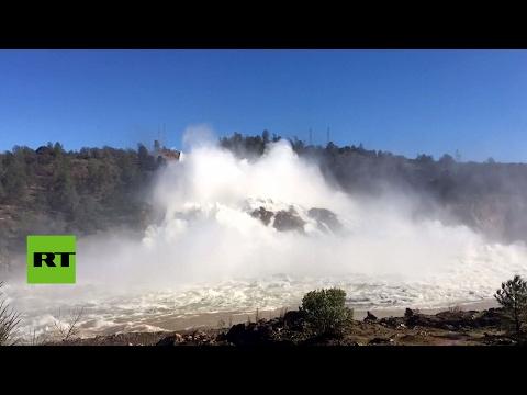 Baja el nivel de agua en la presa de Oroville en EE.UU.
