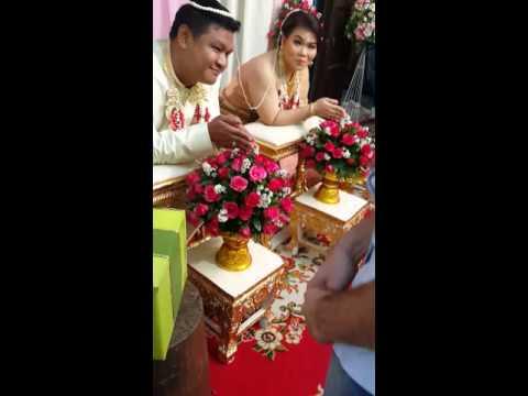 ไปงานแต่ง รดน้ำสังข์อวยพรในพิธีแบบไทย