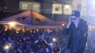 Raymix fans no se querían ir y al final regala su gorra y les canta.