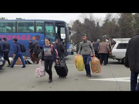 Прибытие автобусов с беженцами из Нагорного Карабаха в Степанакерт