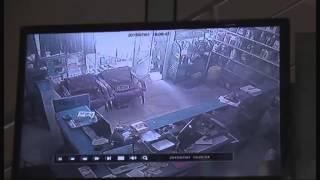 кража в магазине автозапчастей(Воришка проник в магазин автозапчастей. Он не знал, что его снимали камеры, а у входа уже ждали охранники..., 2015-07-03T11:41:01.000Z)