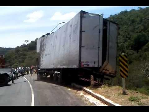 Flagrante de acidente com caminhão na BR 267 ligando  Juis de jora a Caxambu