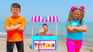 Adriana y Ali fingen jugar Ice Cream Shop en la playa