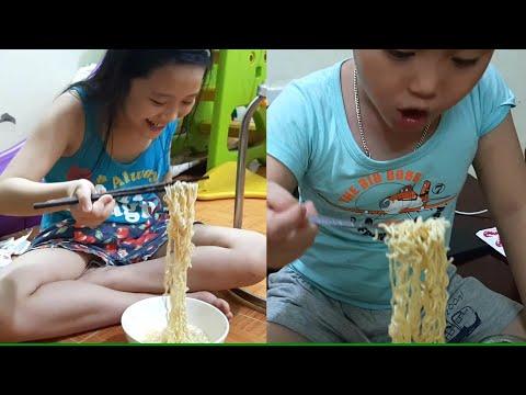 Chị Silent Sea Gia Linh em Cò ăn Mì tôm trứng uống Coca Cola buổi tối ▶10:56