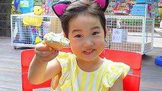 Boram joue dans le parc pour enfants avec des poupées