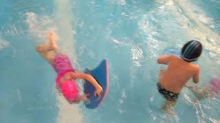 Как научиться плавать обучение детей