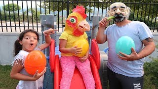 Bahçe de Gezen Dev Tavuk - Giant chicken comes to get his Giant Egg! Grandpa pretend play egg