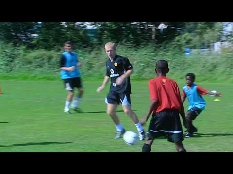 Paul Scholes Teaches 12 Year Old Danny Welbeck The 'Matthews' Skill In 2003