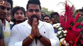 pawan singh celebrating chhalakata hamro jawaniyas biggest hit 2 crore view on youtube