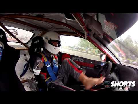 【ビデオ】両腕を失ったプロドライバーが、足だけで華麗なドリフトを披露!
