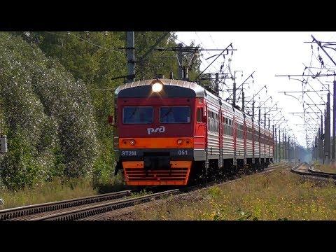 ЭТ2М-051 сообщением Санкт-Петербург - Ораниенбаум-1 прибывает на станцию Новый Петергоф