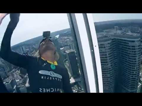 The french Spiderman escalade la tour Total