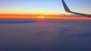 飛行機の窓より、上空から見下ろす美しい空の世界を撮影しました。夕焼...