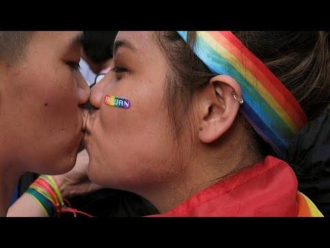 شاهد.. دموع فرح واحتفالات في تايوان بعد تقنين زواج المثليين…  - 10:53-2019 / 5 / 18