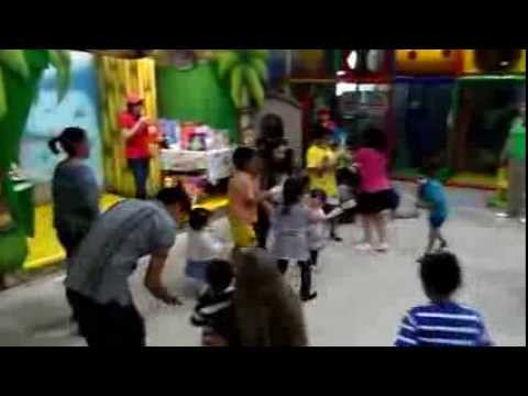 Fiestas infantiles abracadabra youtube for Acuario salon de fiestas