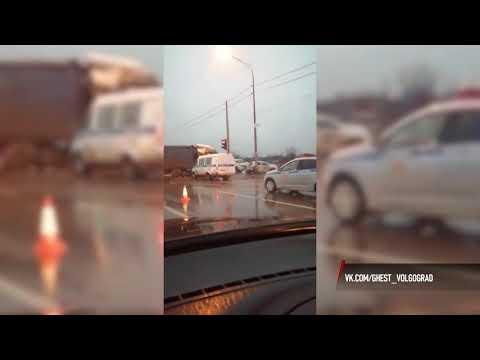 В Волгограде в массовом ДТП с двумя фурами пострадали 2 человека