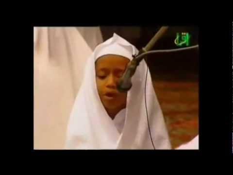مقطع يبكي الحجر طفل يقرأ القرآن بخشوع من سورة الحديد