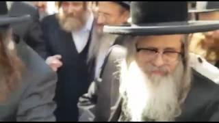 Satmar Rebbe R' Zalman Leib Arriving In Paris - Tammuz 5777
