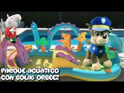 Patrulla canina español y peppa pig en el parque acuatico de dinosaurios con bolas Orbeez y piscina
