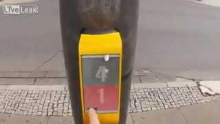 Almanyadaki İlginç Trafik Lambası