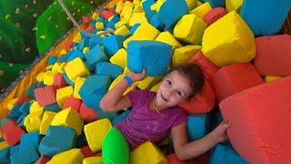 Челлендж ТРЮКИ на Батуте КТО ЛУЧШЕ Прыгает? Вика и Лера в игровом парке для детей! Indoor Playground