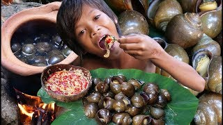 Primitive Technology Eating delicious Find and cooking Snail | طبخ الحلزون