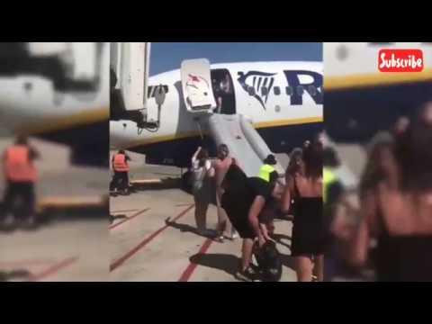 Detik-detik para penumpang panik & keluar dari pesawat karena ada ponsel yg meledak . . . Mp3