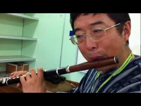 Di Zhao testando uma de suas flautas DZW com bocal Julio Hernandez